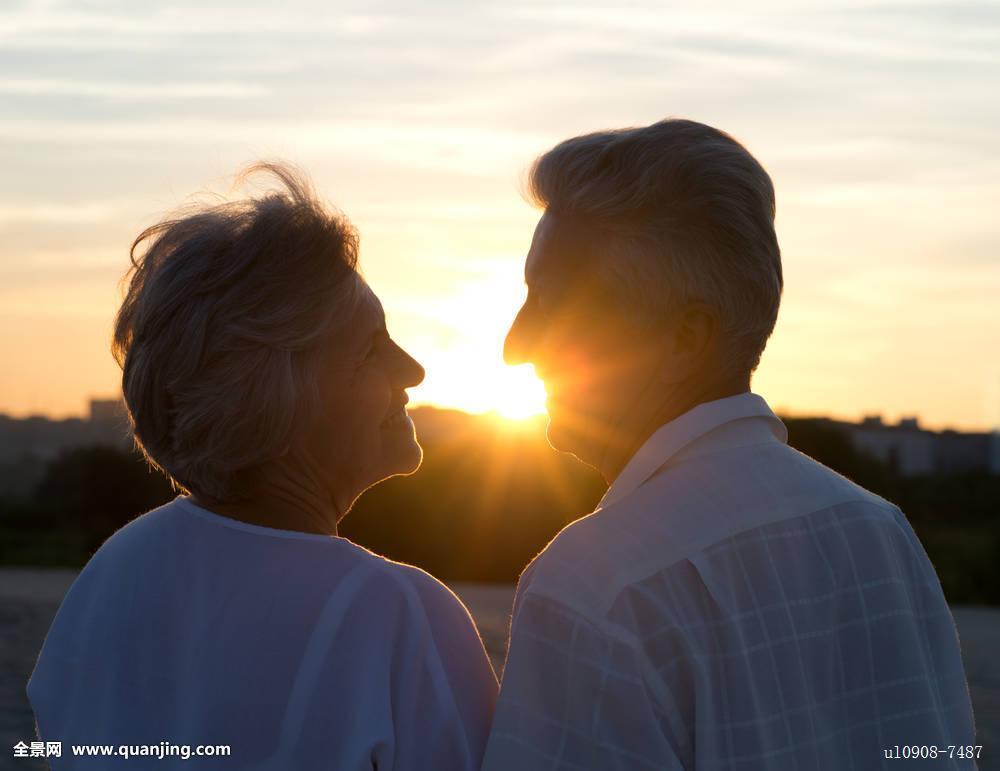 老人情侣图片背影图片