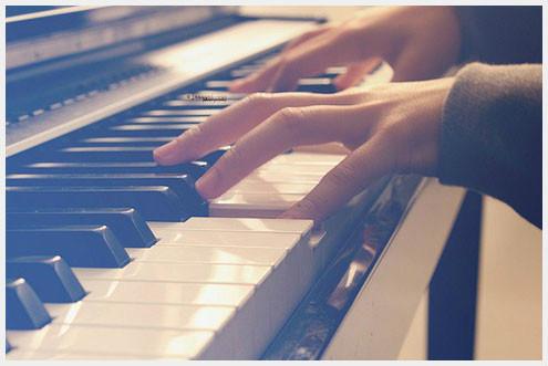 弹钢琴唯美意境图片