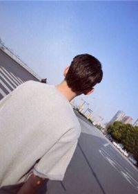 阳光照片唯美男孩背影