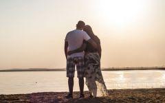 情侣海边背影图片