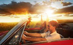 情侣开车旅游照片