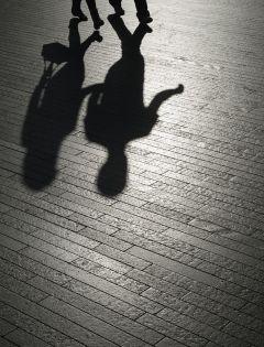 夜晚情侣牵手影子图