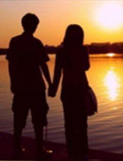 夜晚情侣牵手图片