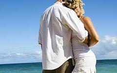 海边拥抱情侣图片