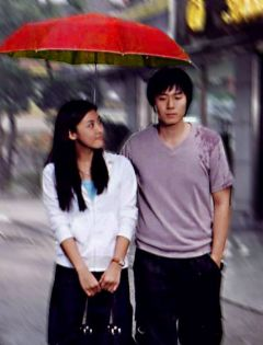 情侣雨中打伞的图片
