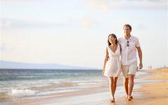 情侣海边散步唯美图