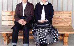 老人穿情侣装的照片