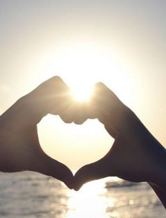 情侣手比爱心图片