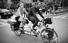 情侣骑双人自行车图片