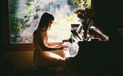 弹钢琴的唯美图片