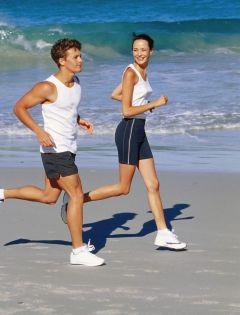 浪漫情侣奔跑图片