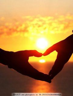 夕阳下情侣牵手的图片