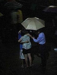 情侣夜晚雨中打伞图片