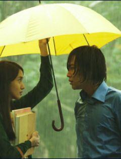 情侣下雨天打伞的图片