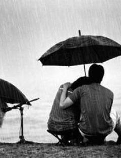 晚上下雨情侣打伞图片