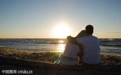 情侣在海边的浪漫图片唯美图片