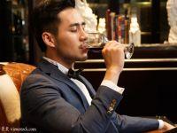 一个人喝红酒图片唯美