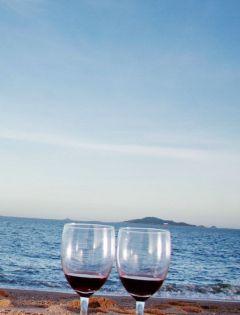 海边酒杯浪漫图片