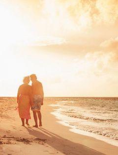老人海边浪漫图片唯美