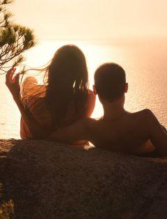 两个人在海边浪漫图片唯美图片