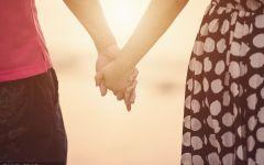 两个人牵手的浪漫图片