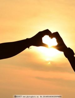 情侣两只手比爱心图片