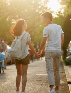 情侣牵手浪漫背影图片