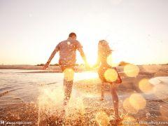 相向奔跑的情侣图片