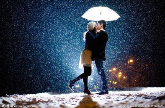 雪景手拉手情侣图片