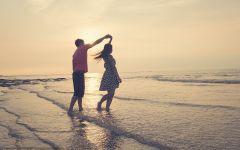 情侣牵手浪漫海滩图片大全