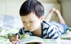 小孩看书情侣图片唯美