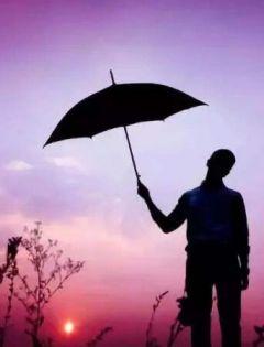 情侣雨中打伞图片