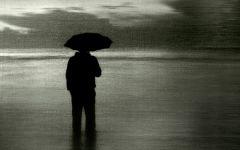 雨中离去伤感背影图片