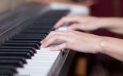 弹钢琴唯美图片