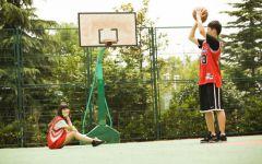 篮球场情侣图片