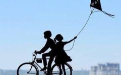 情侣骑车图画