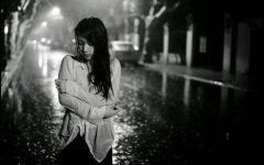 女人淋雨伤感图片