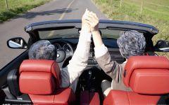 开车握手情侣照片